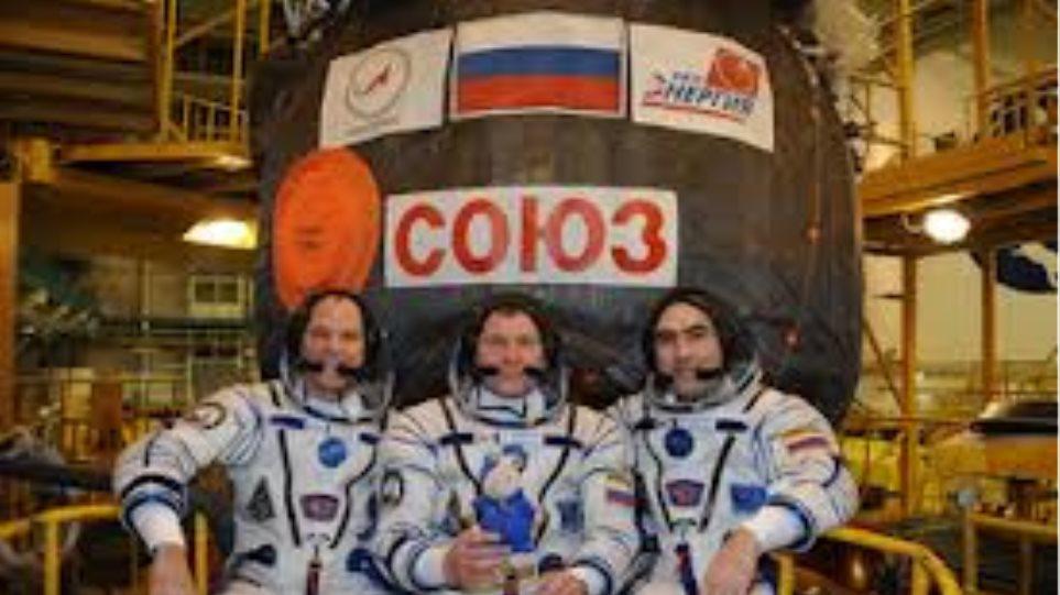 Το τριμελές πλήρωμα του Σογιούζ έφτασε στον Διεθνή Διαστημικό Σταθμό