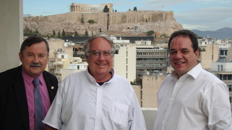 Ο Howard Buffet στα γραφεία της «Αποστολής» στην Αθήνα