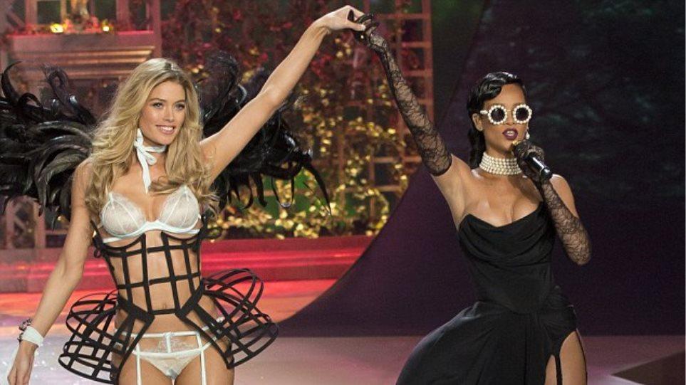Rihanna: Ζαρτιέρες και «χουφτώματα» πάνω στην πασαρέλα…