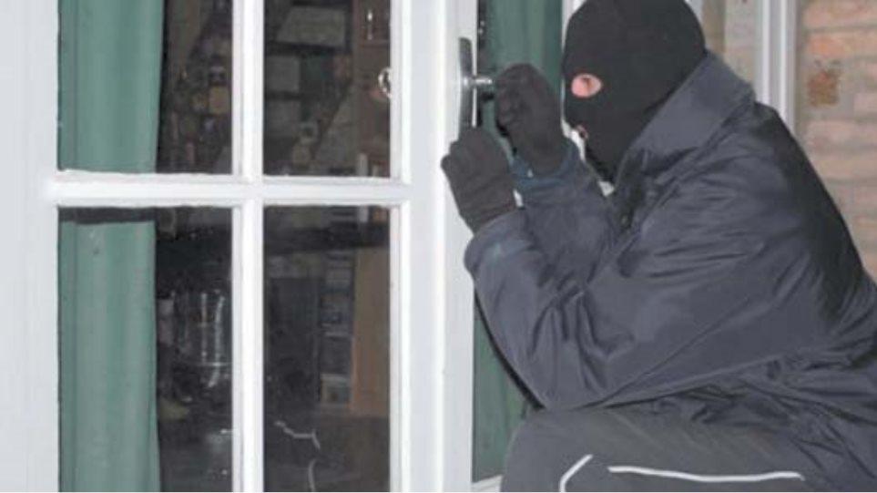 Κουκουλοφόροι εισέβαλαν σε σπίτι στην Κορινθία