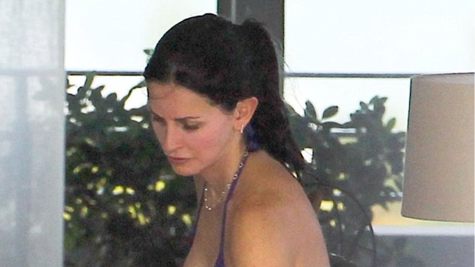 H Courteney Cox μόνο με το μαγιό της στο μπαλκόνι