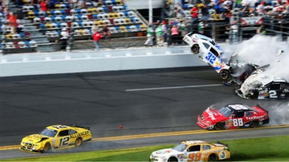Τραυματίες από σύγκρουση αυτοκινήτων σε αγώνα NASCAR