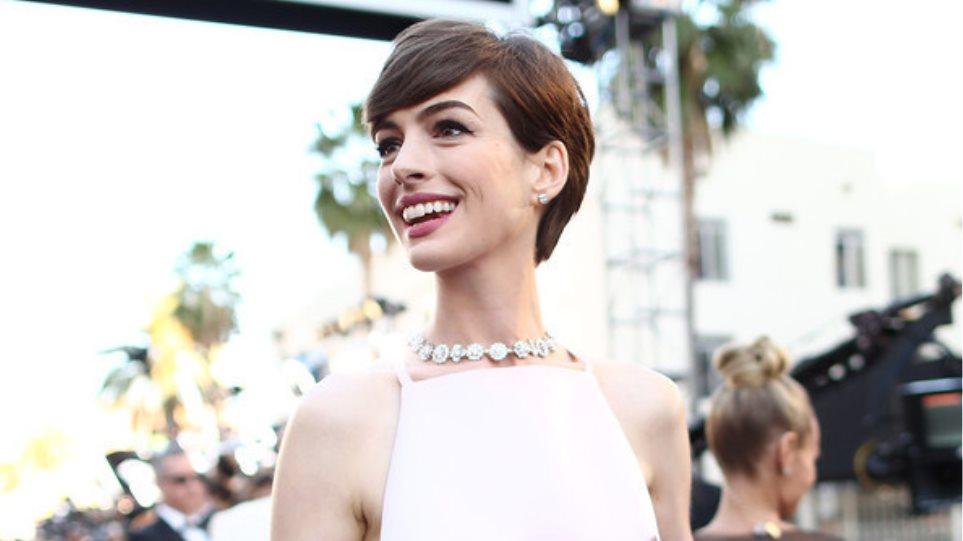 Οι… θηλές της Anne Hathaway και ο χαμός στο Twitter