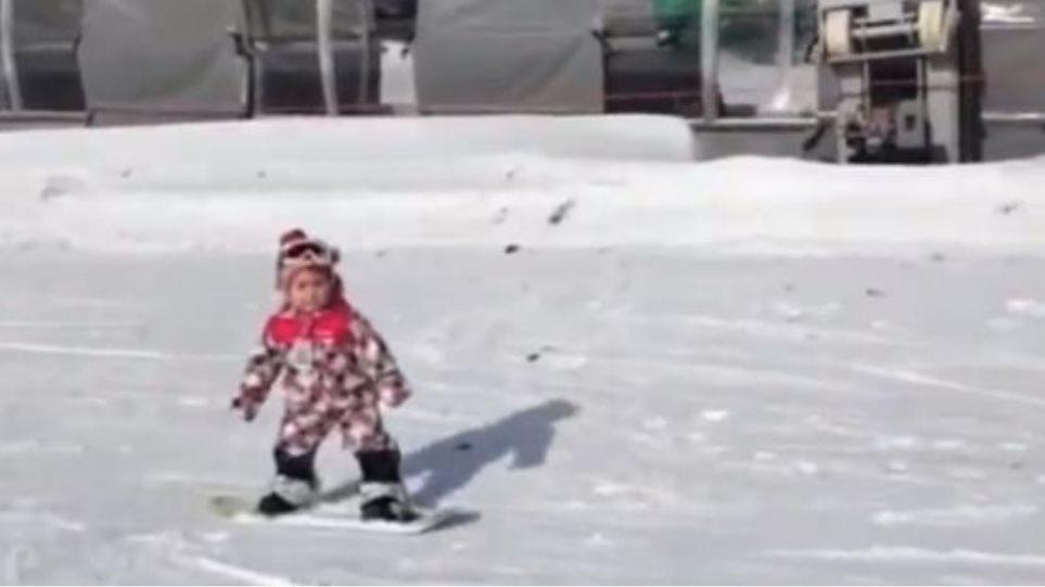 Δεν έχει κλείσει ακόμη τα δύο και κάνει snowboard!