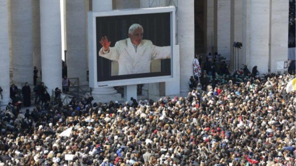 Live εικόνα από το Βατικανό: Κοσμοσυρροή στην τελευταία εμφάνιση του Πάπα