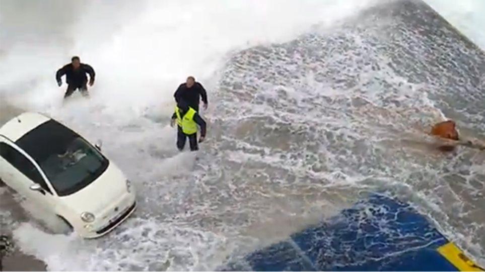 Αποτέλεσμα εικόνας για μαχη με τα κυματα για να δεσει στο λιμανι της κιμωλου