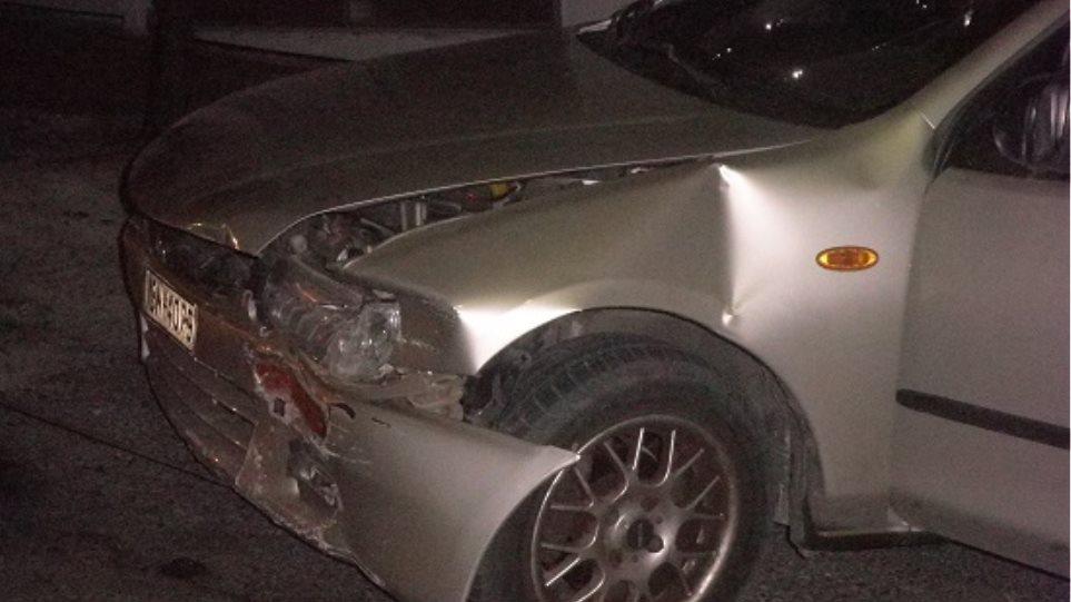 """Αγρίνιο: Αυτοκίνητο """"καρφώθηκε"""" σε μάντρα"""