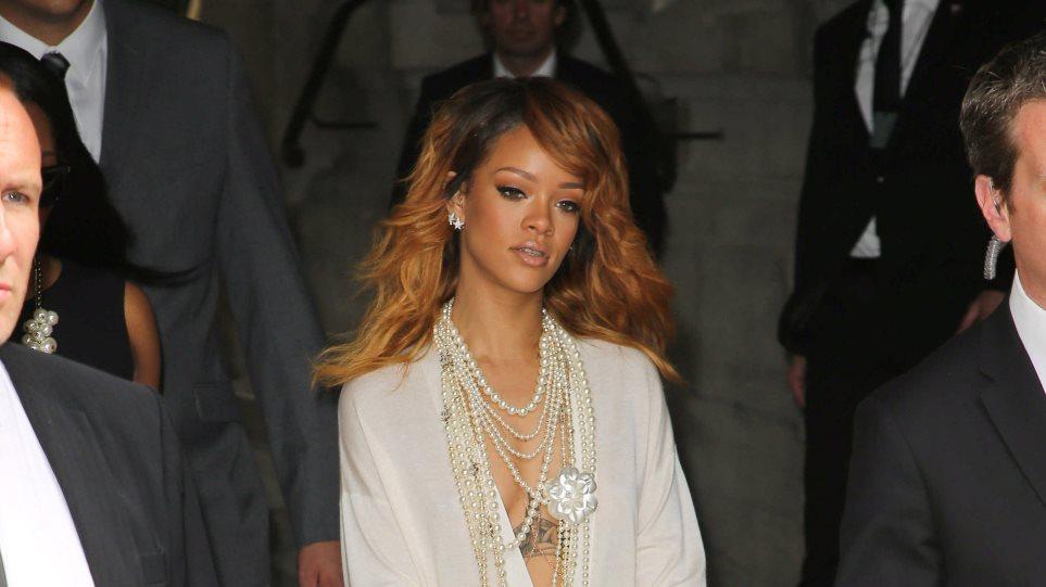 Rihanna: Χωρίς σουτιέν στο fashion show της Chanel