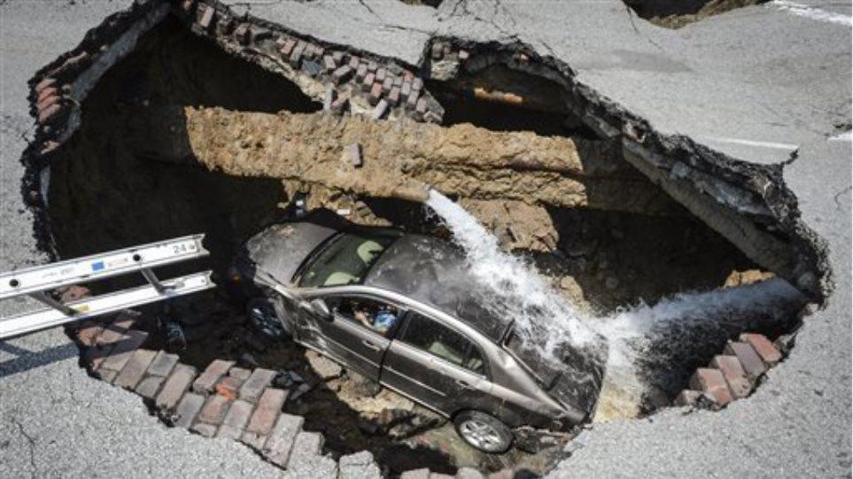 Βίντεο: Τεράστια τρύπα στο δρόμο «κατάπιε» αυτοκίνητο και οδηγό!