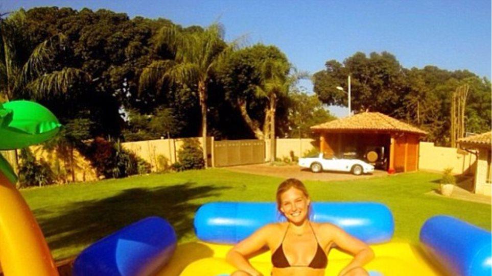 Η Bar Refaeli χαλαρώνει στη φουσκωτή της πισίνα