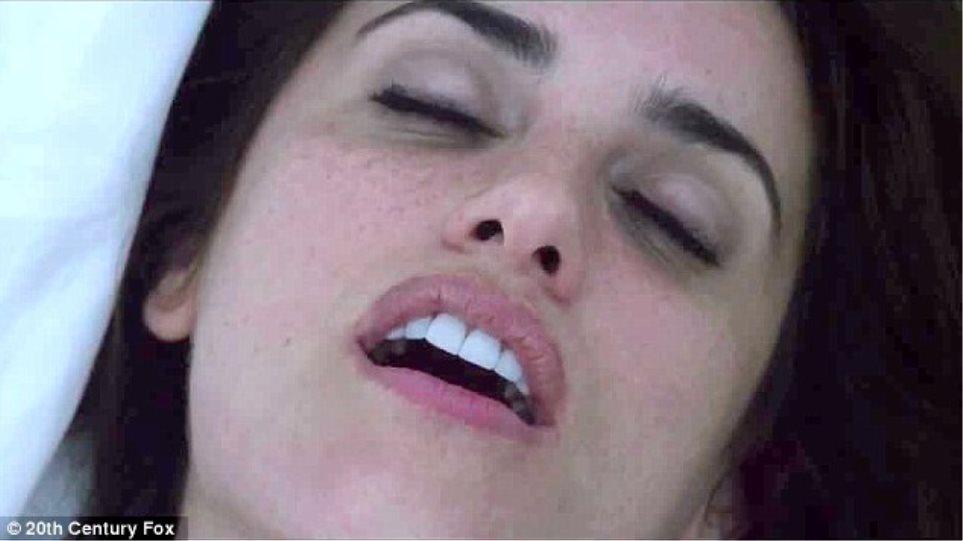 Η Penelope Cruz αναστενάζει στα… χέρια του Michael Fassbender