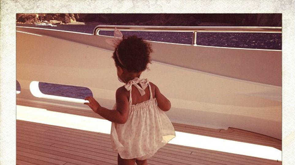 Η κόρη της Beyonce κάνει διακοπές σε πολυτελές γιοτ