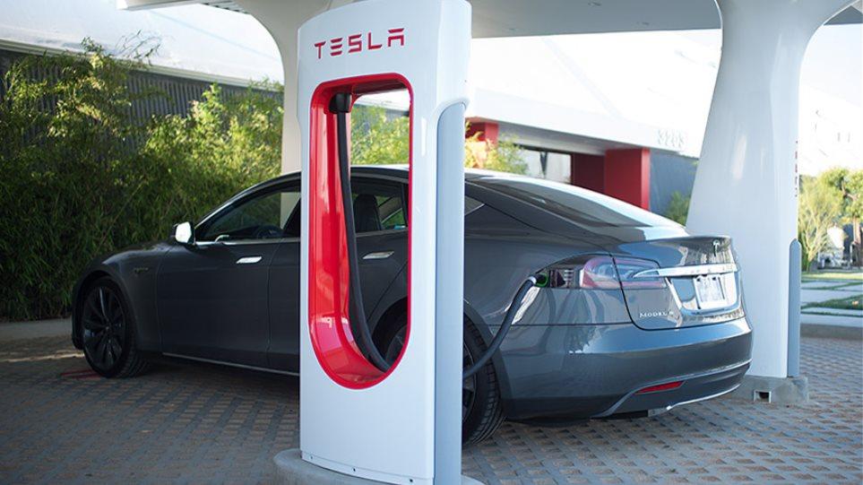 H Tesla προσφέρει δωρεάν φόρτιση για το ηλεκτρικό Model S