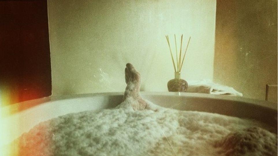 Ο Σάκης Ρουβάς νιώθει μοναξιά στην μπανιέρα του