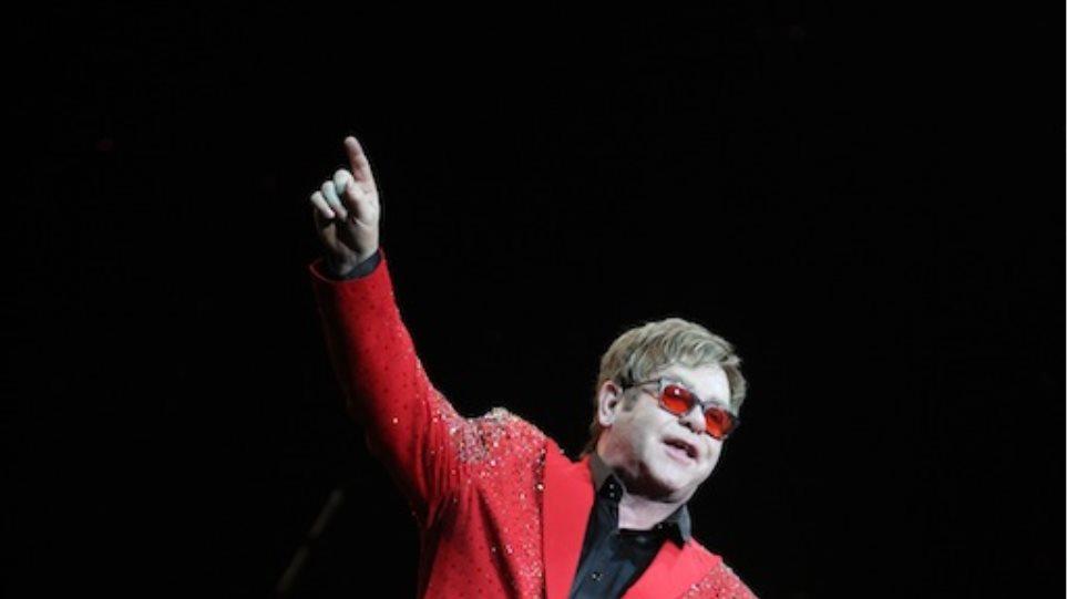 Elton John: Πιστεύει πως και η Miley Cyrus και η Lady Gaga χρειάζονται βοήθεια