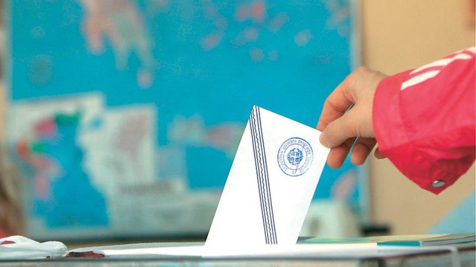 Διατηρεί την τρίτη θέση στις δημοσκοπήσεις η Χρυσή Αυγή
