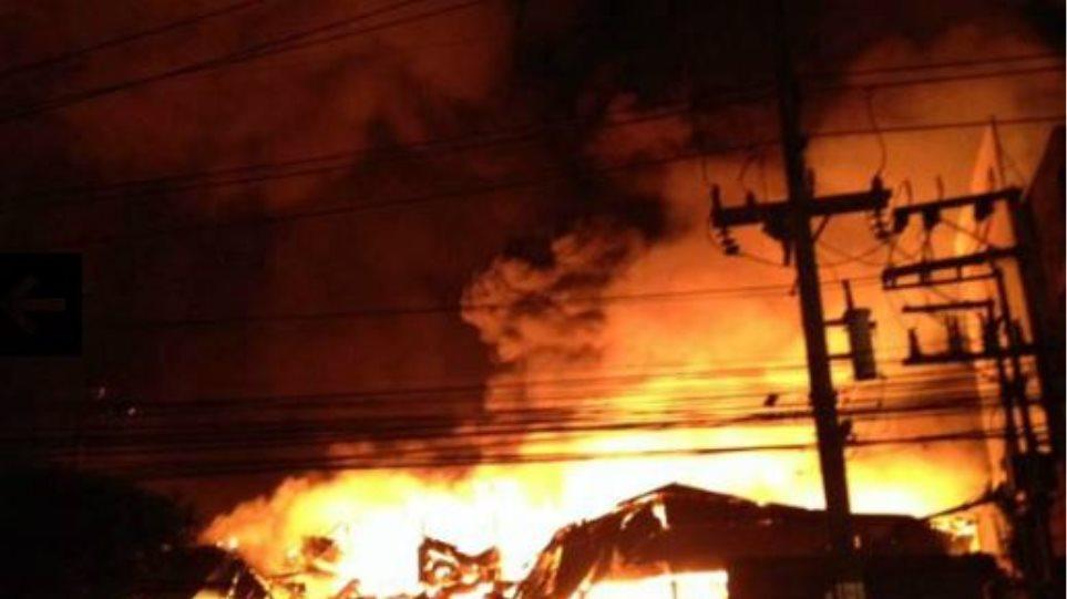 Ταϊλάνδη: Φόβοι για νεκρούς από πυρκαγιά σε εκπτωτικό κατάστημα