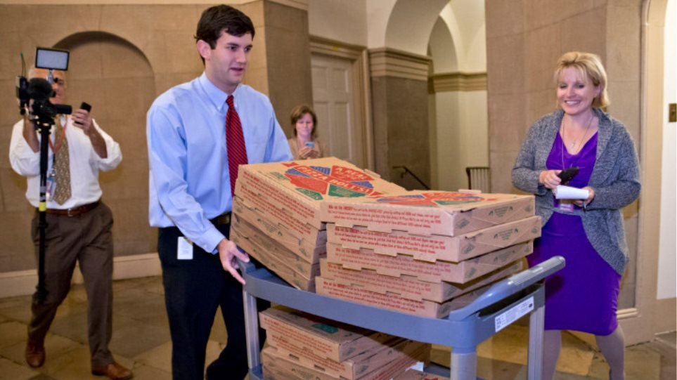 ΗΠΑ: Με αγκαλιές, φιλιά και πίτσες υποδέχτηκαν τη συμφωνία