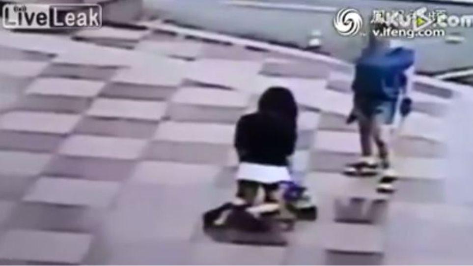 Βίντεο-σοκ: Μητέρα μαστιγώνει την κόρη της στο δρόμο επειδή έκανε «κοπάνα»