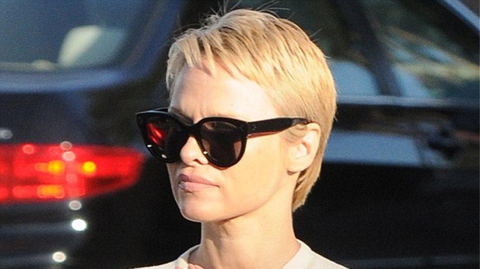 Pamela Anderson: Αγνώριστη με το νέο, κοντό μαλλί