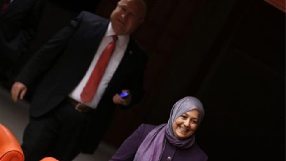 Τουρκία: «Πόλεμος» στη Βουλή για τη μαντίλα τεσσάρων βουλευτών του AKP