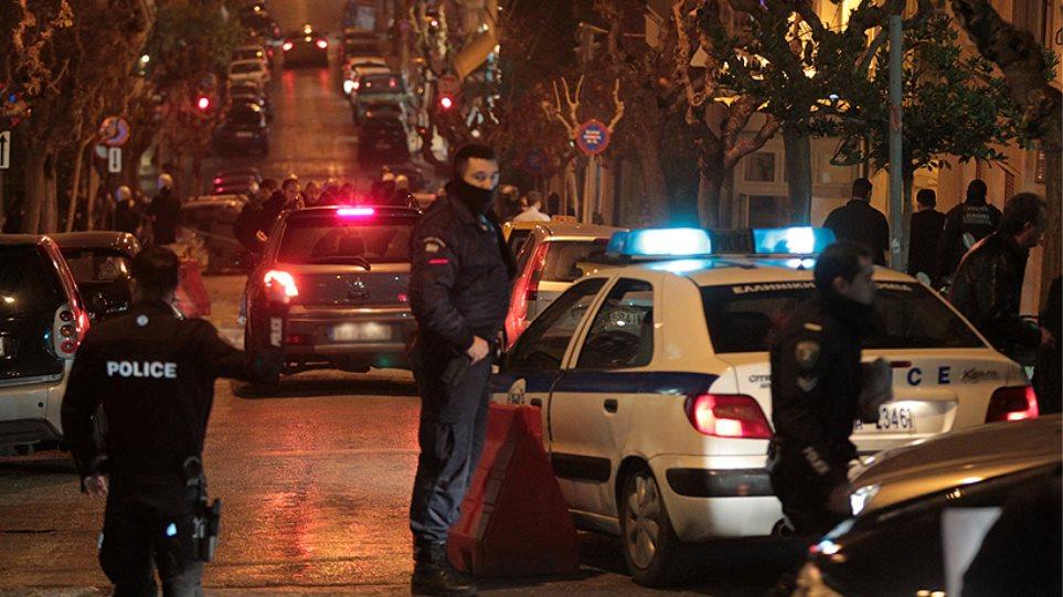 Νέος Κόσμος: Καταδίωξη ταξί με πυροβολισμούς