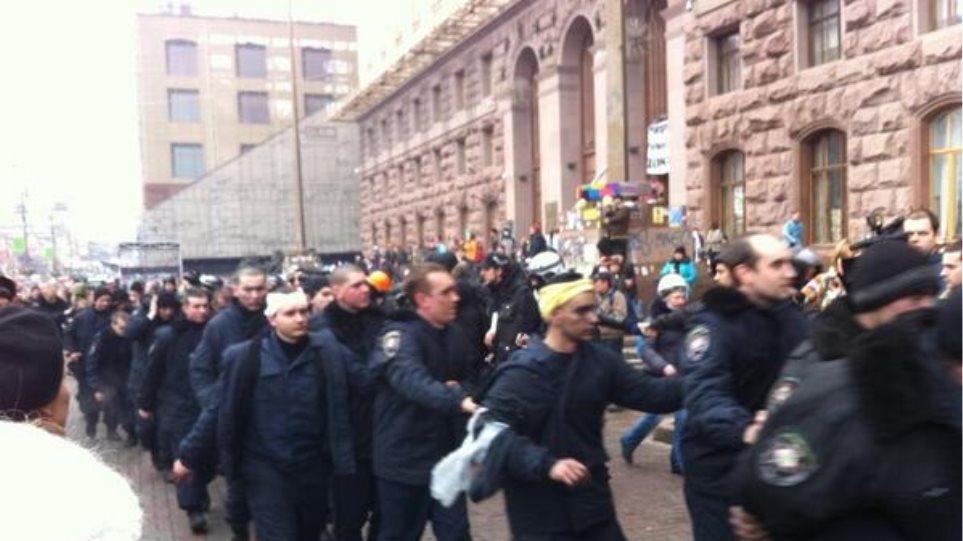 Ουκρανία: Δεκάδες αστυνομικοί όμηροι των διαδηλωτών