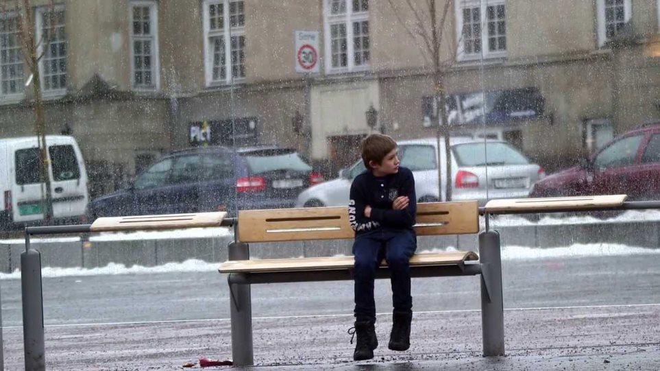 Εσύ θα βοηθούσες ένα παιδί που κρυώνει;