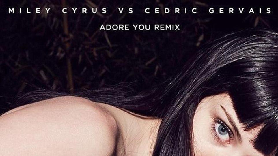 «Αλλεργική» στα ρούχα φαίνεται να είναι η Miley Cyrus στο νέο της single