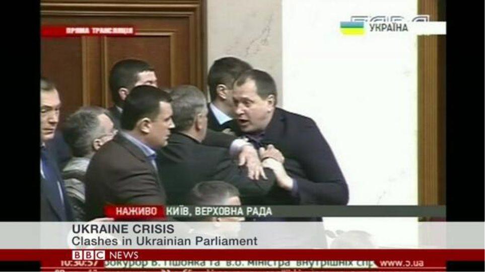 «Σκοτώθηκαν» και μέσα στη βουλή της Ουκρανίας – Δείτε βίντεο με το ξύλο