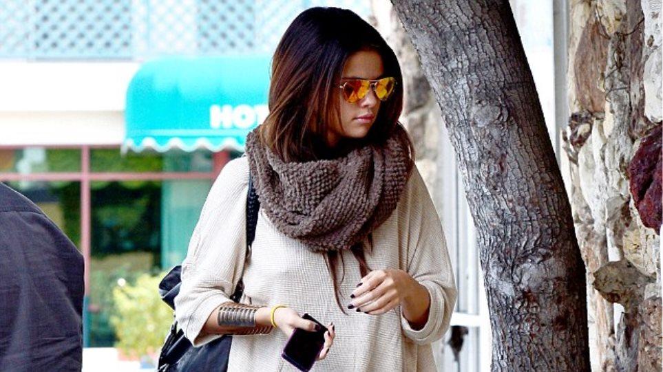 Η Selena Gomez έβγαλε από την ντουλάπα της τα «καυτά» σορτσάκια