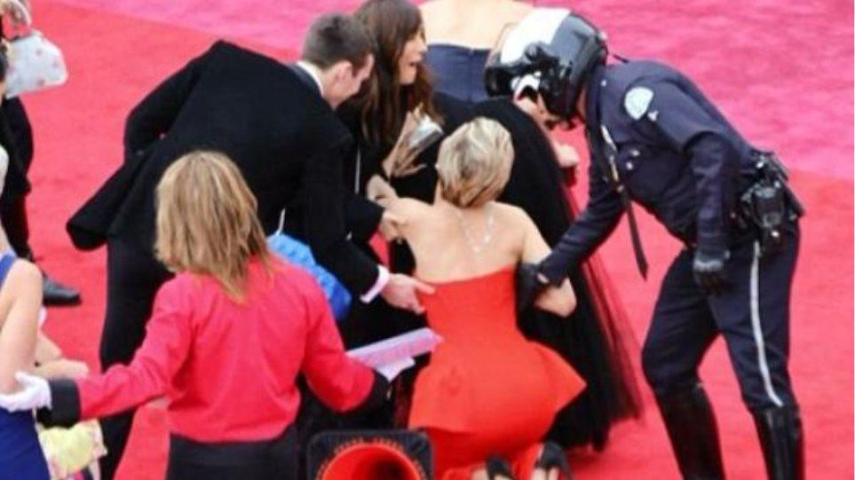 Όχι πάλι! Δείτε την τούμπα της Jennifer Lawrence στο κόκκινο χαλί