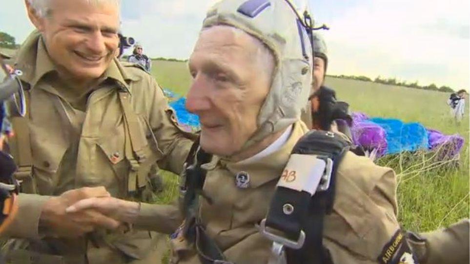 Βετεράνος της Απόβασης ξαναπέφτει με αλεξίπτωτο στα 93 του χρόνια