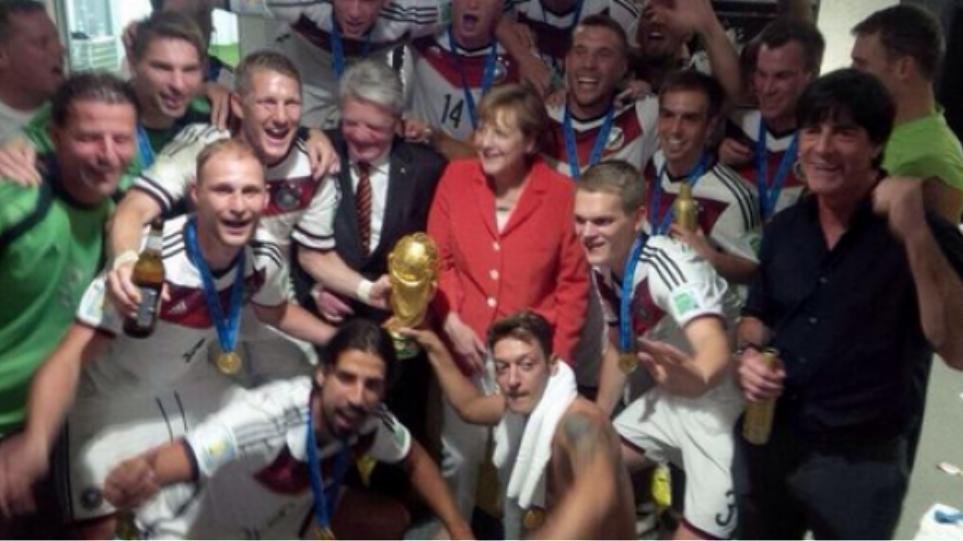 Στα αποδυτήρια της Εθνικής Γερμανίας η Μέρκελ!