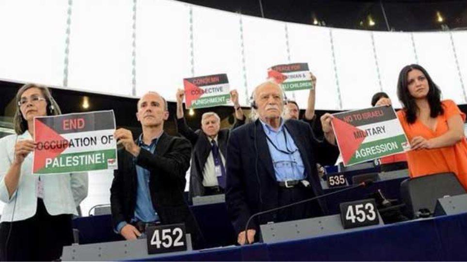 Γλέζος: Σήκωσε πλακάτ στο Ευρωκοινοβούλιο υπέρ της Παλαιστίνης