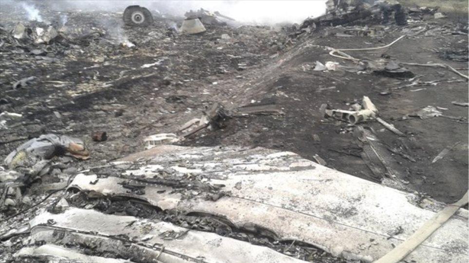 Ουκρανία: Πολίτες λεηλατούν τα πτώματα και τα συντρίμμια του Boeing