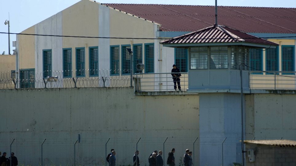 Βρήκαν (ξανά) κινητά και μαχαίρια στις φυλακές Τρικάλων