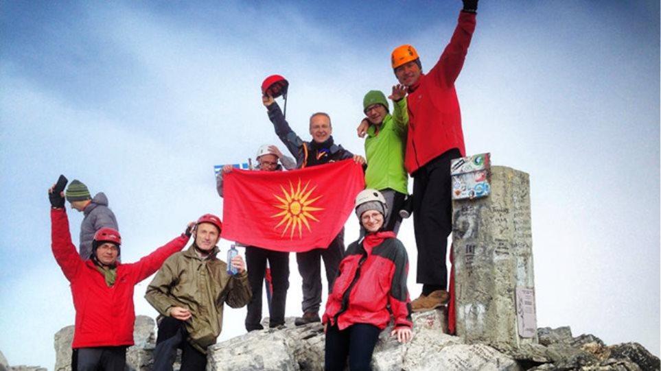 Νέα σκοπιανή πρόκληση με τον Μιλόσοσκι να φωτογραφίζεται στην κορυφή του Ολύμπου με τον Ήλιο της Βεργίνας