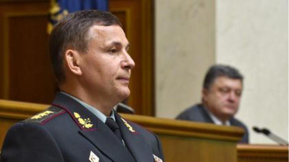 Ουκρανία: Την πόρτα εξόδου στον υπουργό Αμύνης έδειξε ο Ποροσένκο