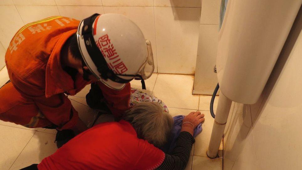 Κίνα: 85χρονη φράκαρε στην τουαλέτα για να πιάσει την μασέλα της