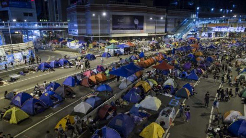 Χονγκ Κονγκ: Η αστυνομία ξηλώνει τα οδοφράγματα
