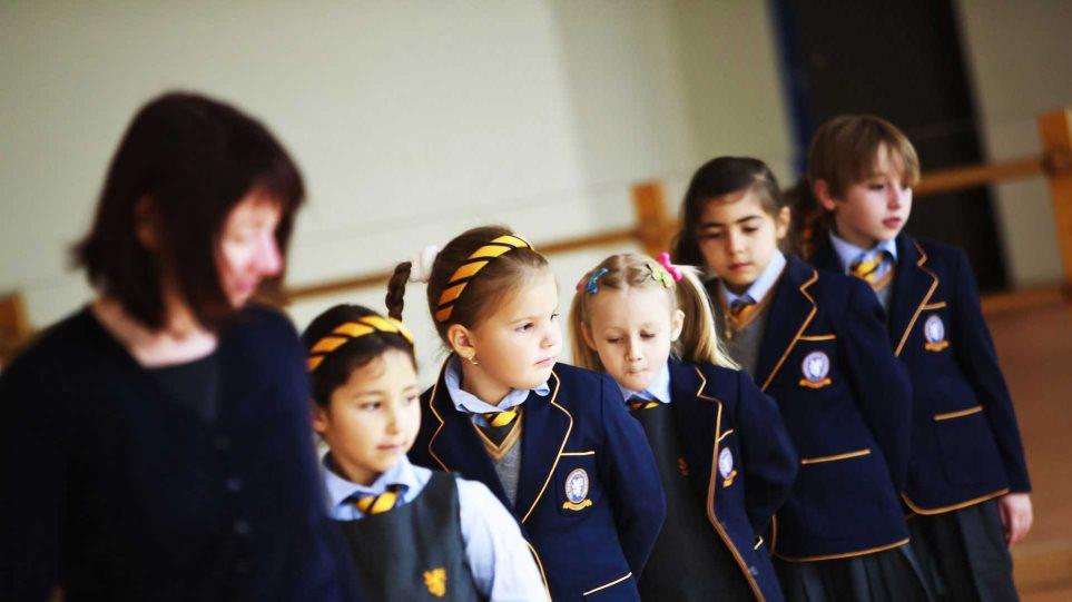 Στις 10 θα χτυπά το πρώτο κουδούνι στα βρετανικά σχολεία
