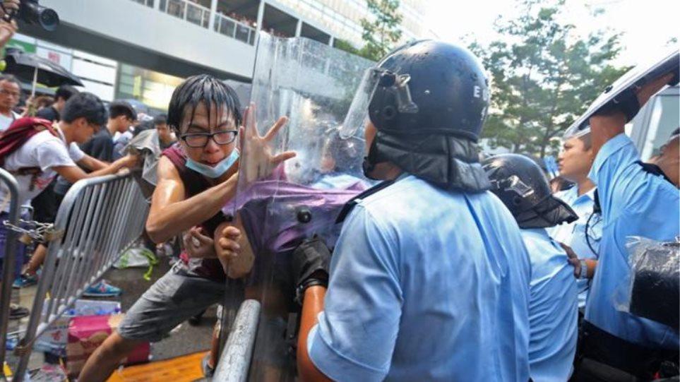 Χονγκ Κονγκ: Συμπλοκές αφού αντιδιαδηλωτές επιχείρησαν να διαλύσουν οδοφράγματα