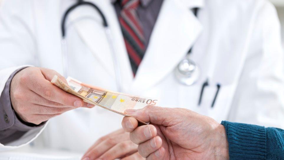 Για κακούργημα ο γιατρός που πήρε «φακελάκι» 50 ευρώ