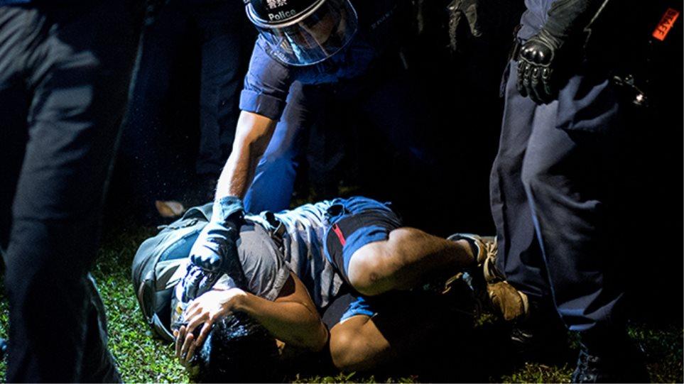 Δείτε βίντεο: Αστυνομικοί ξυλοκοπούν διαδηλωτή στο Χονγκ Κονγκ