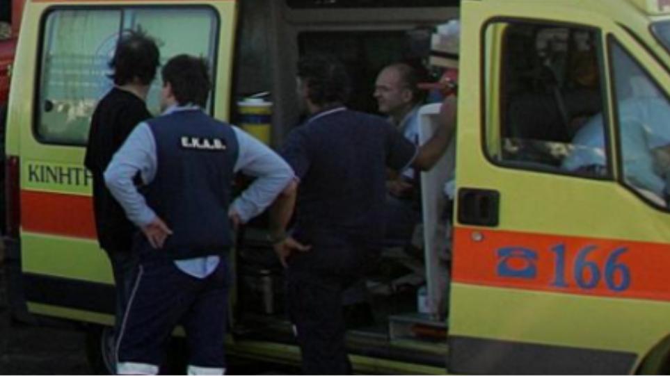 Άνδρας στο νοσοκομείο μετά από «βουτιά» στον φωταγωγό