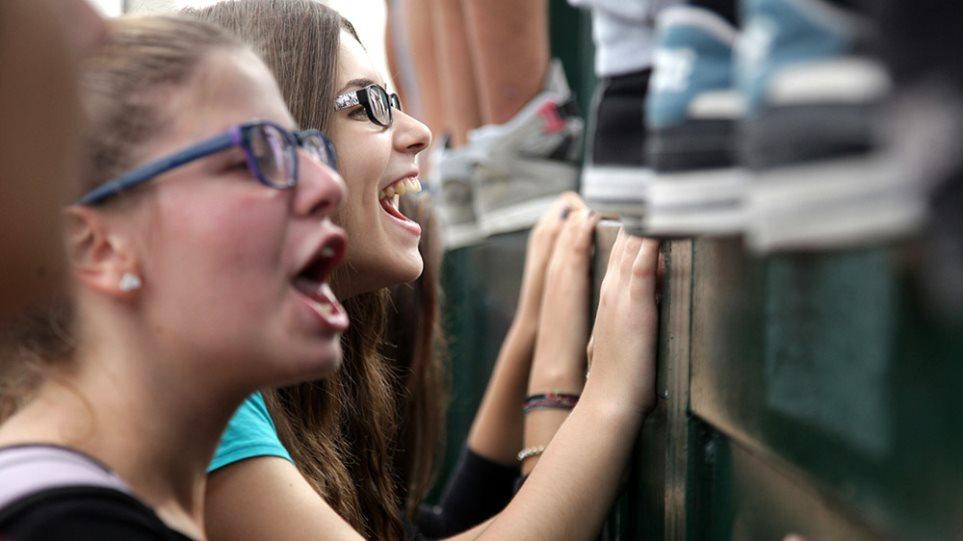 Μαθητές και φοιτητές σε πορεία διαμαρτυρίας έξω από το υπουργείο Παιδείας