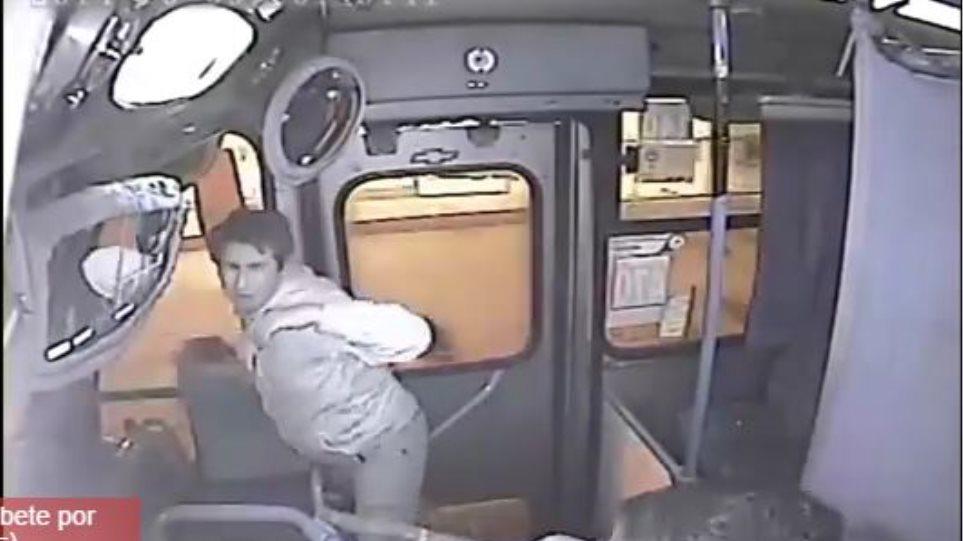 Βίντεο: Πήγε να κλέψει τσάντα σε λεωφορείο και τον έδειρε ο οδηγός