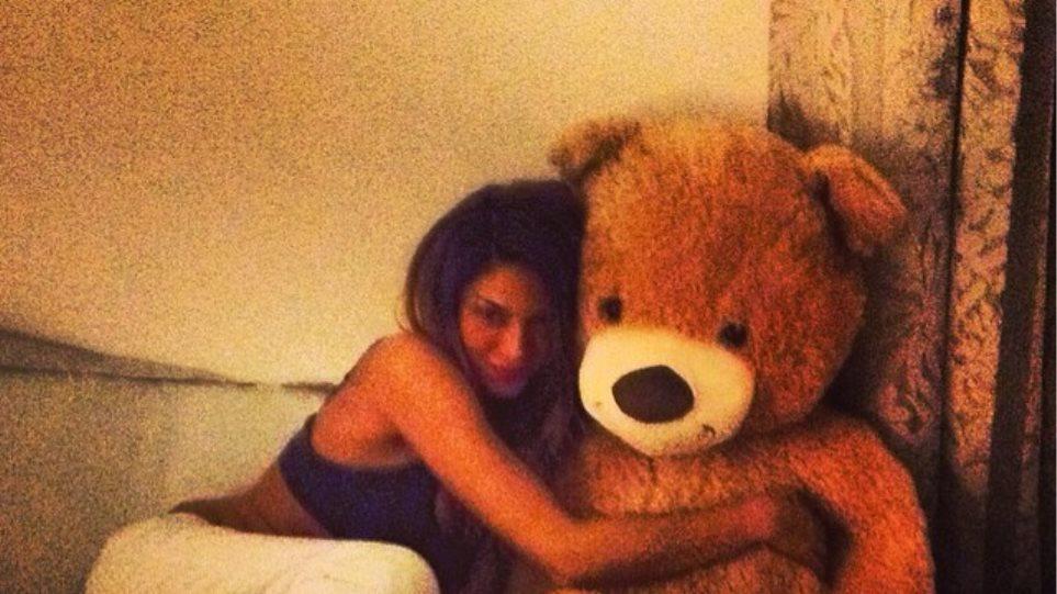 Ένας αρκούδος στην αγκαλιά της Αγγελικής Ηλιάδη