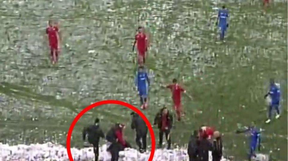 Βίντεο: Οπαδοί της Λέφσκι Σόφιας έριξαν νοκ-άουτ προπονητή με μια... χιονόμπαλα!